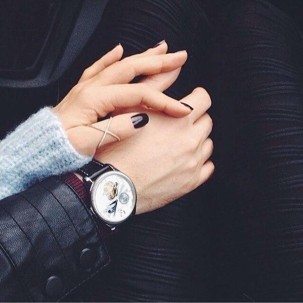 Cuộc đời là những cái chạm tay