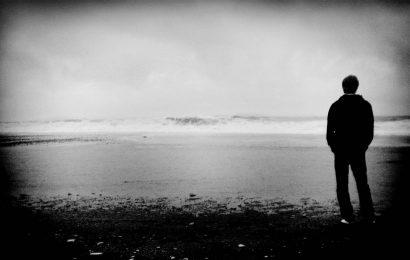 Người đàn ông đi về phía biển